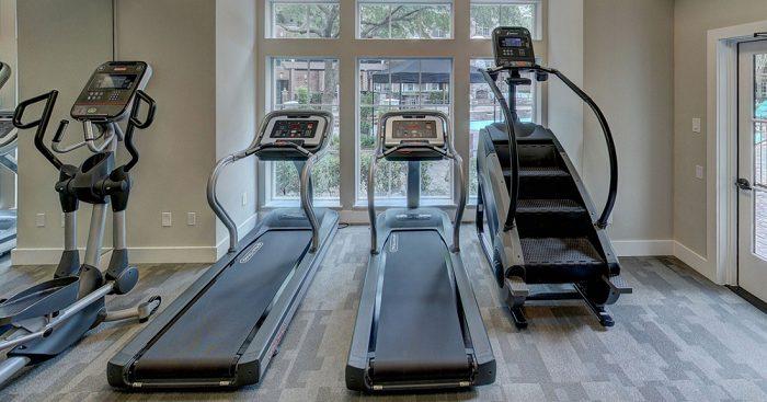 Palestra in casa con tapis roulant ellittica e stairmill