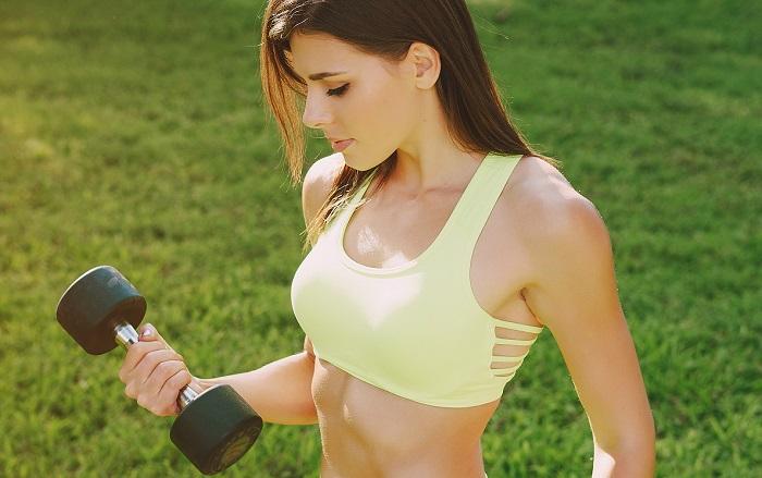 Ragazza manubri allenamento outdoor