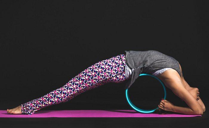 Stretching schiena con ruota per yoga