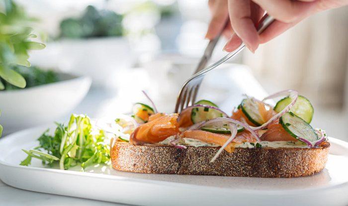 pane integrale con salmone e verdure